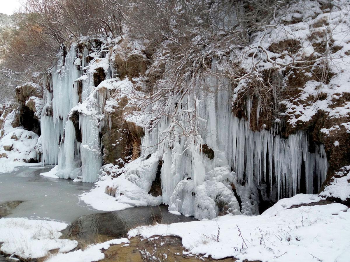 El frío nos deja paisajes como este del nacimiento del río cuervo en al serranía de Cuenca